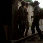 Rebelové, kluci utíkají z továrny, přijíždějící vojáci