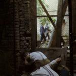 Rebelové, útěk před vojáky,kluci lezou do tajné vchodu