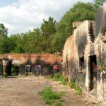 Rebelové, vojáci a snbáci pátrají po klucích v továrně