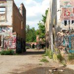 Rebelové, příjezd překvapené Terezy do opuštěné továrny
