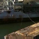 Útěk z Planety opic, vstup z plovoucí plošiny na loď, přístavSan Pedro