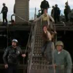 Útěk z Planety opic, příjezd policejních a vojenských aut na molo, přístavSan Pedro